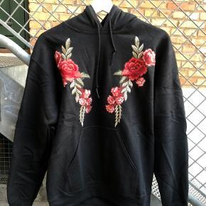 Sælger denne hættetrøje med broderet roser fra ASOS (mærket man). :)  Str small