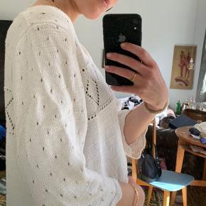 Cute retro-sweater 💫  🤍Svarer til en str. small 🤍Perfekt til sommeraftener  🤍 Få brugstegn: se billede 4
