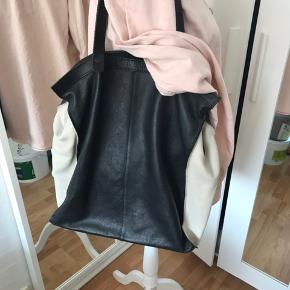 God og rummelig lædertaske fra Pieces. Den er kun brugt en enkelt gang, fremstår som ny. Så fin🌸