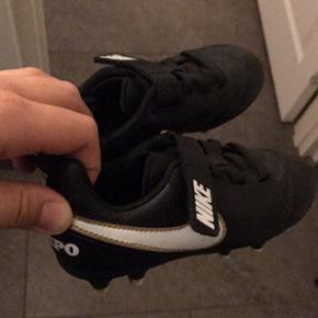 Nike Børne fodboldstøvler str. 27,5 Brugt max 5 gange