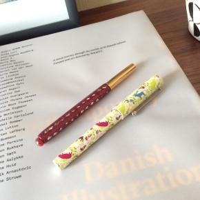 2 pynte-kuglepenne Én med glimmer og én med mønster. - De virker ikke længere.  Mødes og handle på Nørrebro i området: Runddelen, Jægersborggade og Stefansgade. - Ellers plus porto.  Bytter ikke.