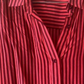 Flot skjorte i 100% silke. Brugt få gange 😊