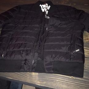 Lækker jakke i sort er lille i str , den er i rigtig god stand
