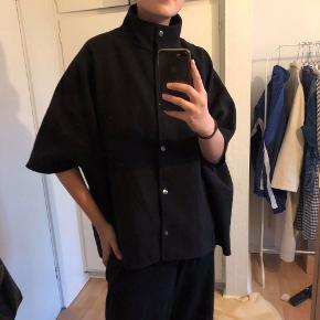 Poncho/jakke - str vides ikke; men svarer til en medium 🌸  Detaljer: korte ærmer, overgangsjakke, knapper, høj hals