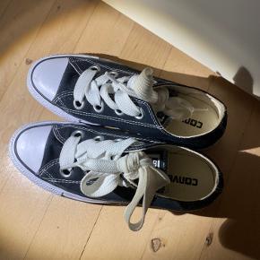 Fine sneakers fra converse med store snørebånd, størrelsen er desværre for lille til mig, så har aldrig gået med dem.