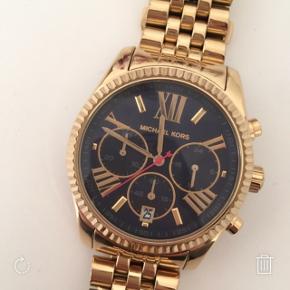 sælger dette smukke michael kors ur, det er næsten aldrig blevet brugt og er derfor nærmest så god som ny, uret skal bare have et ny batteri i, da det bare har været i æsken  np 2600
