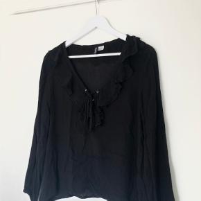 Yndig bluse med flæsedetaljer fra H&M ✨ Brugt en del i en periode - i god stand 🖤  Røg- og dyrefrit hjem 🌱 Sender med DAO 📦