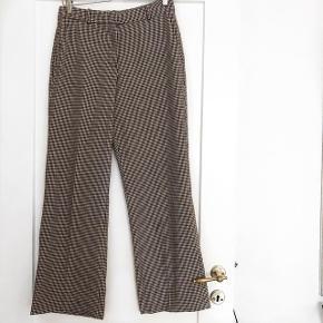 Turnover ternet bukser ( de er brede ved anklen )   størrelse: 36   pris: 200 kr   fragt: 37 kr