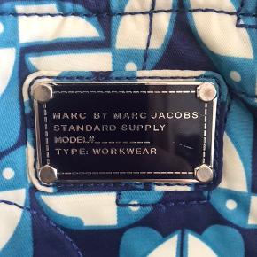 Overvejer at sælge mit Marc by Marc Jacobs net.  Brugt men stadig i god stand. Hardwaren har dog fået nogle ridser.   Købt i 2014 i Los Angeles.