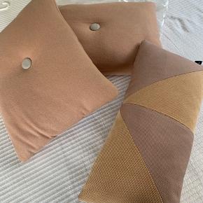 Skønne puder fra HAY, 3 stk., sælges samlet. Farven er pudder.  Der er to store i den uldne kvalitet, og en mindre i en lidt glattere kvalitet med geometrisk mønster. Ingen pletter eller huller.  Bytter ikke, køber betaler fragt, sender med DAO.