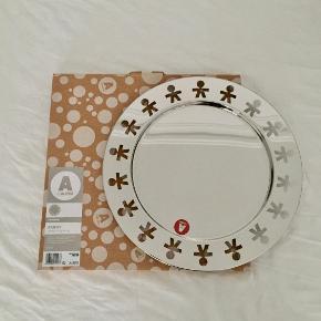 """Sælger dette fine fad fra Alessi """"Round tray - Girotondo"""". Stainless steel. Måler 40 cm i diameter. Aldrig brugt - Kun åbnet for billedet til denne annonce. Original æske medfølger. Byd :-)"""