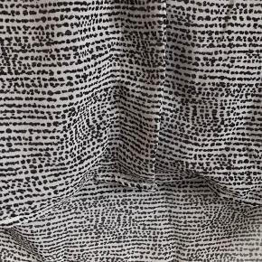 Tynd bluse fra H&M i hvid med sort mønster. Der er skjulte knapper.   Str. 36   Brugt nogle gange.