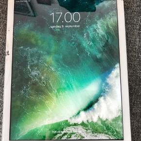 iPad Air Wi-Fi + 4G Kapacitet: 16 GB Hvid  9,7'' Retina-skærm  Der medfølger ikke oplader. Skærmen er revnet, hvilket også går lidt udover touch, men iPaden fungere fint. By Malene Birger cover medfølger hvis man ønsker det.