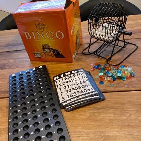 Helt nyt! Bingospil med blandetromle, nummererede kugler 1-75, 18 bingoplader, bingotavle og mærker.