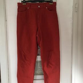 Monki rustfarvede jeans i str 32. Model Taiki. Brugt få gange. Er i butikkerne nu til 350,- Pris 100,- pp Bytter ikke.