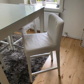 Super fede Smalt barbord med 4 barstole plus 4 hvide betræk. Den er som nye. Brugt 1 år. Sælges pga flytning.  Har 4 ekstra betræk i lyserød farve, som kan fåes med i prisen som gave.  Der er en glasplade ovenpå, som jeg fik skåret specielt hos en glasbutik. Som man kan selv bestemme om man vil have den oven på eller ej. Den beskytter bare bordet kosmetisk. Har beskyttet nemlig. Den giver en ekstra look.   Barbord normalt pris 1.000kr.  Barstole med betræk 500kr. Pr. Stk.  Glasplade 600kr. I alt 3.600kr.  Sælges samlet 550kr.   Åben for realistisk BYD.