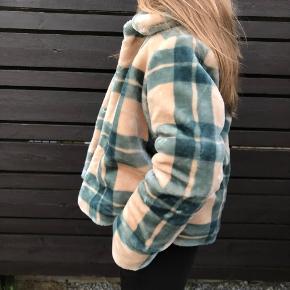 Super fin jakke fra Envii. Jakken er brugt 2-3 gange Max, så er i helt perfekt stand. Man kan sagtens have en sweater inden under🌸🌸