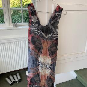 Virkelig smuk silke kjole fra Gestuz i modellen Stein dress. Lidt oversize og med flot detalje på den dybe ryg.