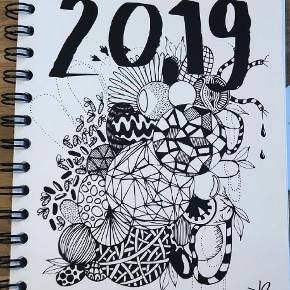 Jeg sælger denne Kaisa Lilja 2019 kalender. Den er kun pakket op, og bladret igennem, ellers står den helt som ny!