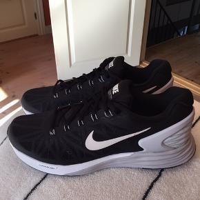 Nike lunarglide 6 str 43. Aldrig brugt,derfor skal de sælges. lunarlon sålen gør at skoen ikke vejer særlig meget.Kan bruges både af kvinder og mænd. Køber betaler fragt.