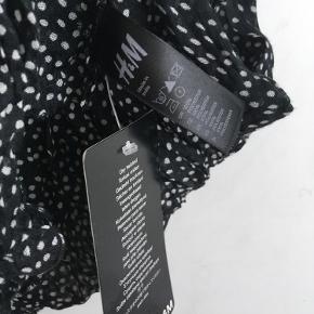 Ubrugt/nyt dejligt let tørklæde fra H&M og sort med hvide prikker🌸   Tørklædet er bestilt på nettet, og er pakket ud, men er aldrig brugt og har derfor stadig tag på, som ses på billedet🌸  100% polyester