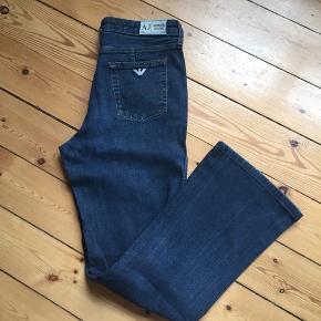 Super fede højtaljede jeans i mørkeblå med vidde ved legene fra Armani👌🏻 Str: W30 Fremstår i rigtig fin stand.  Sender med DAO eller kan prøves/afhentes Kbh Sv.