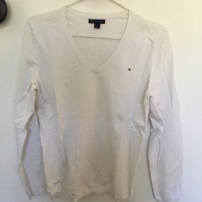 Tøjpakke med 5 bluser passer alle en str. s/m Tommy Hilfiger str. M hvid Vila str. S Bordeaux Vila str. S hvid Vila str. XS grå  Vila str. M blå Sælges kun samlet.