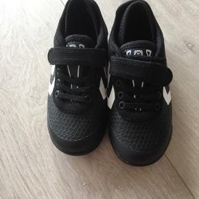 Et par sprit nye hummel sneakers sælges, aldrig brugt. Pris 150 kr 😊