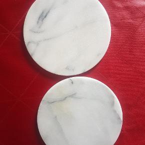 Sælger disse 2 små bordskåner/små fade/smørbrikker samlet for 25 kr Der er lidt misfarvning især på det nederst på billedet, men ellers fejler de ikke noget. De kan sendes forsvarligt pakket ind plus porto Marmor er in i øjeblikket. Tjek også mine andre annoncer med marmor