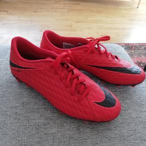Helt nye røde fodboldstøvler fra Nike. Str 44 og Måler 28 cm. Kan leveres i Århus og omegn