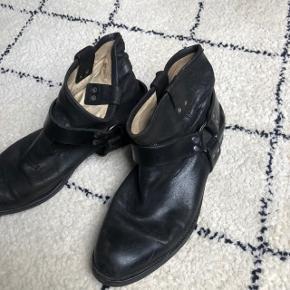 God stand ingen tydelige skader på læder.  BYD gerne