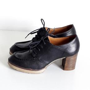 Super smuk sort skind snørresko med blokhæl fra det Italienske mærke AirStep Skoen er strørrelse 39 (Normal i str.) Højde på hæl 7 cm. Skoen er brug en enkelt gang, og fremstår i flot stand. NYPRIS KR. 1195,00  TJEK MINE ANDRE ANNONCER, HAR MANGE FINE TING.  Mærket sko giver dig lækkert fodtøj, der får dig til at føle dig bare lidt mere unik. Til den modebevidste kvinde der er til detaljer.  Succes og erfaring Italienerne kan bare noget med sko, og dette er ingen undtagelse. Virksomheden startede allerede tilbage i 1972 i Italien, men den begyndte først i 90'erne at lave AirStep skoene. Der bliver produceret alt, hvad hjertet kan begære af både sandaler, sko og støvler til modebevidste kvinder i alle aldre. Fodtøjet bliver designet i Italien, mens produktionen sker rundt om i Europa. Stilen og designet har været unikt fra starten, men der bliver stadig fulgt med tiden, og der bliver konstant tænkt i innovation men samtidig også tradition. AirStep er et anerkendt navn indenfor skoverdenen for deres unikke, detaljerede og til tider dristige kollektioner, og kvinder verden over sværger til dette mærke.  AirStep sko - en stil for sig selv AirStep er fodtøj i absolut topklasse, så hvis du vil forkæle dig selv og dine fødder, er dette mærke et oplagt valg. Stilen er unik, lækker, italiensk når det er bedst, og så er der i høj grad kræset for detaljerne. Sommeren er lige om hjørnet, så prøv eventuelt et par AirStep sandaler, der kan sættes sammen med både kjoler, shorts og bukser, eller i stedet et par AirStep pumps, der blandt andet passer godt til et par leggins eller en fin buksedragt. Under alle omstændigheder kommer du til at ose af modebevidsthed i føle dig lidt mere unik i et par AirStep sko.  Kun de allerbedste materialer Det er kun de allerbedste materialer, der bliver brugt i produktionen af AirStep sko, så du kan være sikker på, at du får sko i absolut særklasse. Materialerne er blandt andet typisk kalveskind og læder, og de bliver alle nøje udvalgt og behandlet