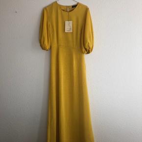 Kjolen er brugt 1 gang til galla på mit gymnasie. Der er derfor absolut ingen tegn på slid og kjolen er præcis som ny. Har også stadig prismærke.  Jeg er 168 høj og normalt en str S