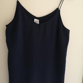 Fin top med smalle stropper str. M mørkeblå