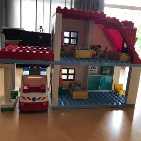 Lego duplo sygehus med ambulance med lyd når man trykker på toppen, kan samles på andre måder og der er vist lidt ekstra klodser end der oprindeligt var med da sønnike synes der skulle rækværk på altanen -