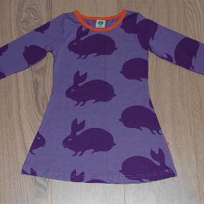 Varetype: KjolerFarve: Lilla Oprindelig købspris: 270 kr.  Søde kjoler fra Småfolk. De er brugt, men har hverken huller eller pletter! :)