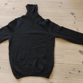 Rullekrave i merino uld. Brugt 2-3 gange