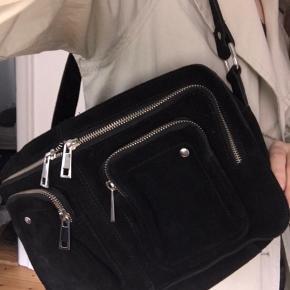 Helt ny Nunoo Alimakka taske i sort ruskind. Aldrig brugt. Længere rem medfølger (se billede).