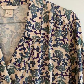 Mønstret skjorte med knapper. Model: oversize. Brugt få gange. Ingen skader eller slidtage. Vaskes på 30 grader. 100 % viskose.