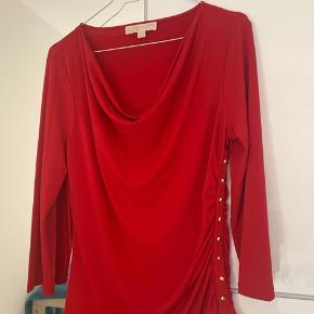 Den smukkeste røde top fra Michael Kors, størrelse Large til medium siden. Virkelig smuk - brugt en gang.