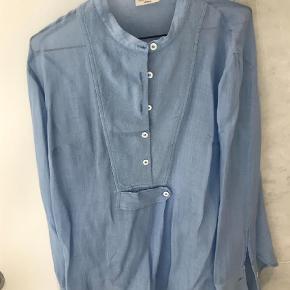 Brand: A'Journey Varetype: Langærmet Farve: Blå  Skjorten er næsten ikke brugt, men har fået en lille plet bagpå