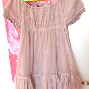 Som ny, den smukkeste lillepige kjole. Min datters absolut favorit når hun skulle være fin.   K8