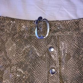 Fin slange skins nederdel fra zara. Passes af en xs.