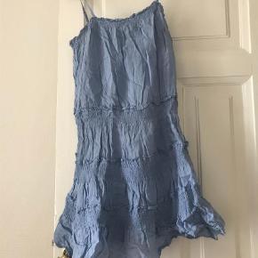 Brand: Theory Varetype: Midi Størrelse: 4 Farve: Blå  Sød sommerkjole med stropper der kan justeres. Str. Er ca medium.         Bytter ikke, god rabat ved køb af flere ting :)