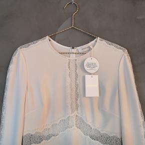 Smuk råhvid Zimmermann kjole med fine blonde detaljer. Jeg har aldrig brugt den og tags er på.   Zimmermann str 1 - passer dk str 36  Bryst ca 48x2 cm Talje ca 37x2 cm Hofte ca 51x2 cm Længde ca 90 cm