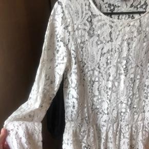 Sød blonde bluse med en lille fin detalje nederst.