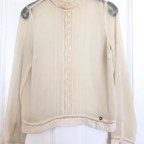 Fin vintage agtigt bluse fra Nümph str xs.  Fine blonde detaljer og lukkes i ryggen.  Materiale : ukendt men minder lidt om viskose.