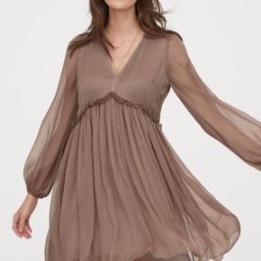 Fin chiffon kjole fra h og m sælges. Den er brugt en gang samt vasket en gang . Str. 40.  Kan afhentes på Amagerbro eller sendes ved købers betaling .