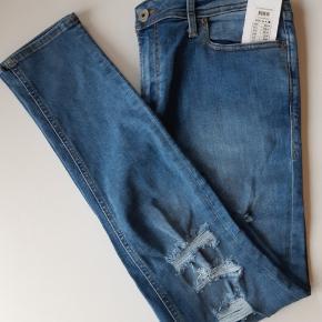 M8 Skinny fit/Liam  85% cotton  13% polyester  2% Elastan  34/32 Liv 88cm  Ben 78cm