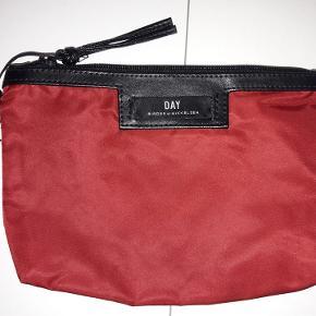Ubrugt Day Gweneth Mini (make-up pung) i flot rød. Ca. 16x22 cm.